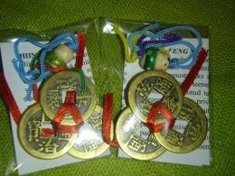 Hiina õnnemündid - amuletid - komplekt - 3 paelaga kokkusõlmitud münti + õnnenukk - UUS KAUP