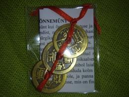 Hiina õnnemündid - amuletid - 3 münti paelaga kokkusõlmitud + õnnenukk - UUS KAUP