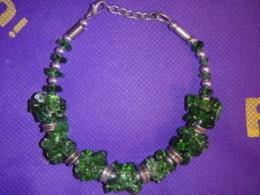 Kvarts -  roheliseks värvitud kvartsi tsipsidest käevõru, haagiga - SUUR ALLAHINDLUS