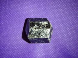 Turmaliin - pruun turmaliin e draviit - töötlemata kristall