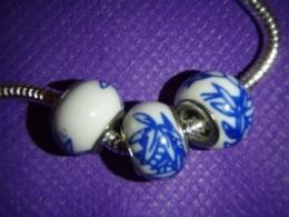 Klaashelmes Pandora käevõrule - valge-sinine
