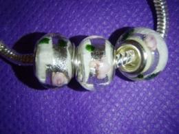 Klaashelmes Pandora käevõrule - valge-roosid