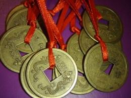 Hiina õnnemündid - amuletid - 3-cm-ne münt paelaga - VIIMASED