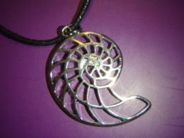 Ammoniit  - hõbetatud ripats paelaga