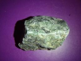 Rubiin-tsoisiit - töötlemata kristall