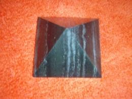 Šungiit - lihvitud püramiid - külg ca 4 cm - SOODUSPAKKUMINE