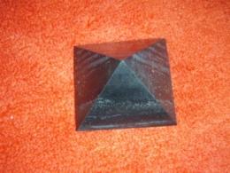 Šungiit - lihvitud püramiid - külg ca 3 cm - SOODUSPAKKUMINE