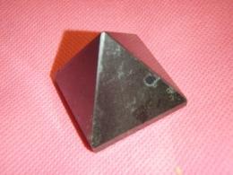 Turmaliin - must turmaliin e schorl - lihvitud püramiid